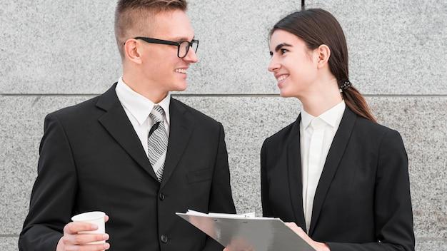 Zakenman en zakenvrouw in gesprek met elkaar