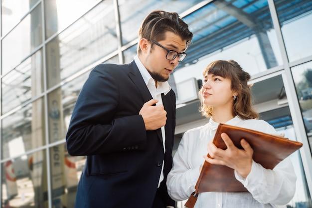 Zakenman en zakenvrouw kijken naar belangrijke papieren