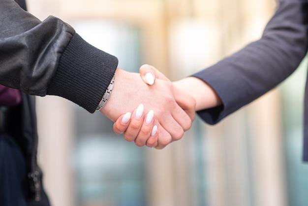 Zakenman en zakenvrouw maken een handdruk. zakelijke etiquette.