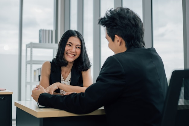 Zakenman en zakenvrouw praten en overleg samen Premium Foto