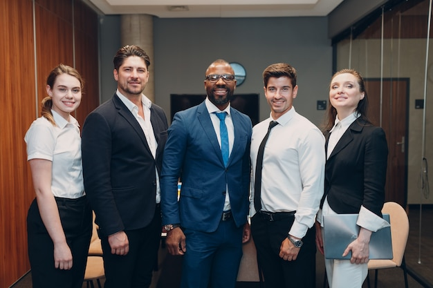 Zakenman en zakenvrouw team diverse stand op kantoor vergadering zakenmensen groepsconferentie...