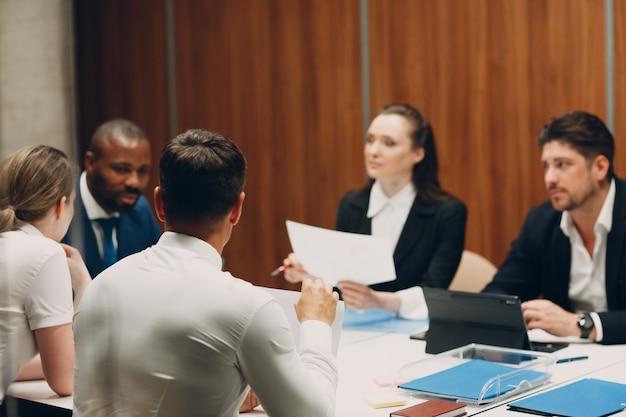Zakenman en zakenvrouw team op kantoor vergadering zakenmensen mannen en vrouwen groepsconferentie...