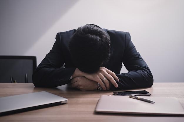 Zakenman faalt en serieus op kantoor