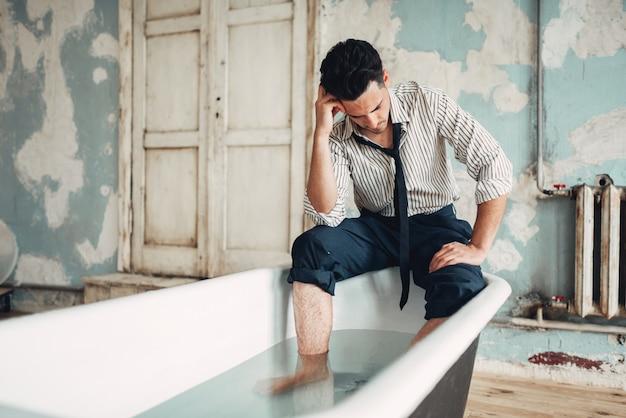 Zakenman failliet in badkuip, zelfmoord man concept. probleem in het bedrijfsleven, stress