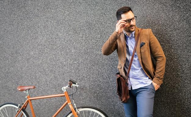Zakenman fietsten om te werken in de ochtend. weg naar kantoor.
