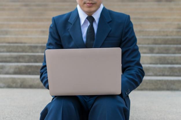 Zakenman gebruik computer buiten