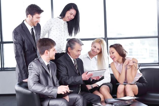 Zakenman gebruikt een digitale tablet tijdens een werkvergadering met werknemers. zaken en technologie