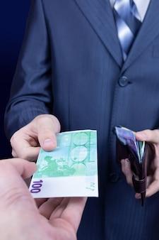 Zakenman geeft geld zijn partner