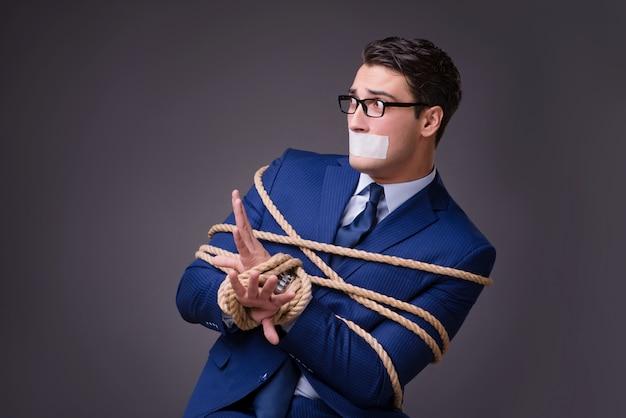 Zakenman gegijzeld en vastgebonden met touw