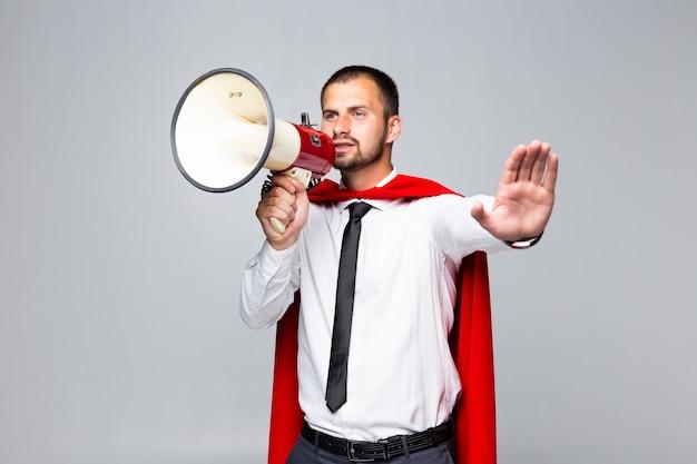 Zakenman gekleed als superheld schreeuwen door megafoon geïsoleerd op een witte achtergrond