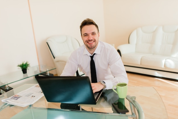 Zakenman gekleed in shirt met video-oproep op de computer in het kantoor aan huis, isolatie