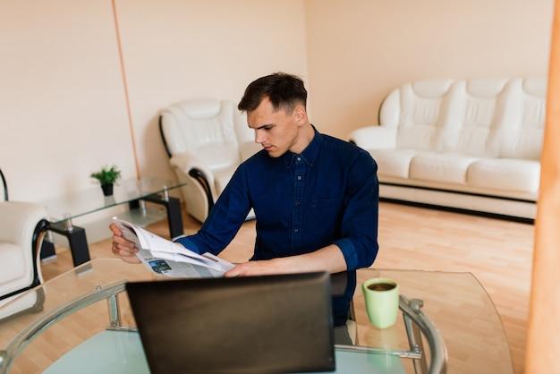 Zakenman gekleed in shirt met videogesprek op computer in het thuiskantoor, isolatie