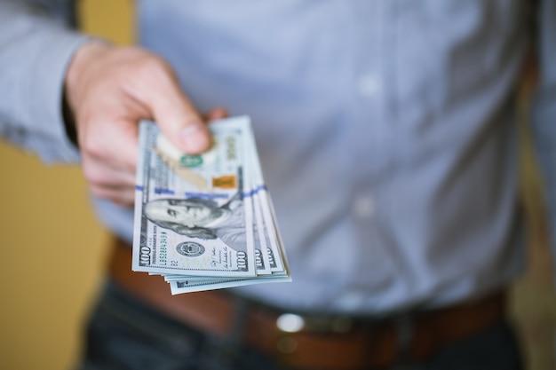 Zakenman geld in zijn handen te houden