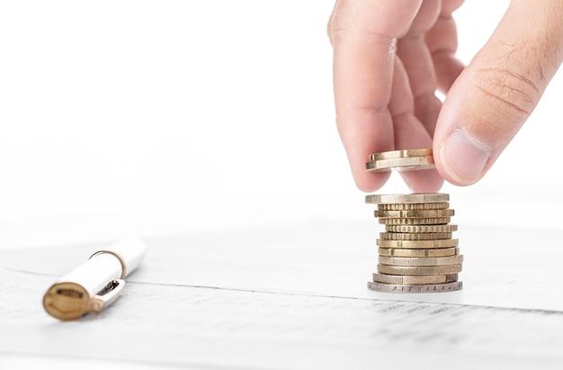 Zakenman geld tellen en stapel munten op financiële gegevens maken