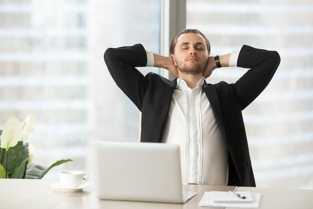 Zakenman geniet van pauze na goed werk gedaan