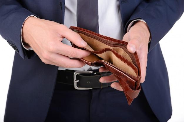 Zakenman goed gekleed met lege portemonnee, geen geld.