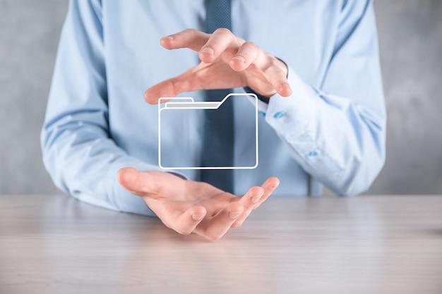 Zakenman greep mappictogram. documentbeheersysteem of dms-installatie door it-consultant met moderne computer zoekt beheerinformatie en bedrijfsbestanden. zakelijke verwerking.