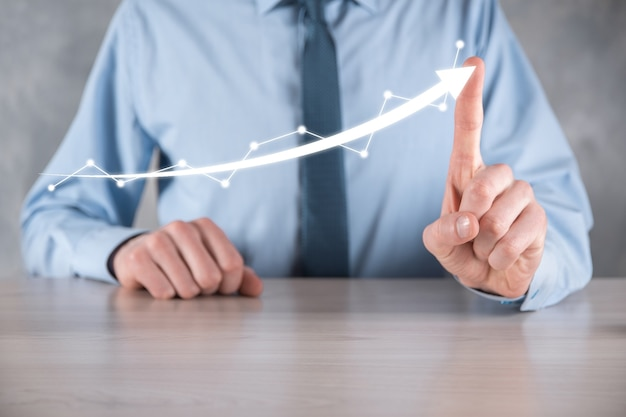 Zakenman greep tekening op scherm groeiende grafiek, pijl van positieve groei pictogram