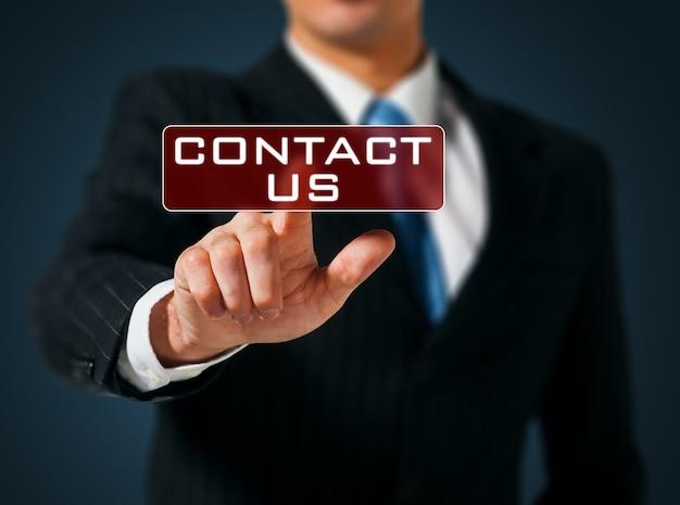 Zakenman hand duwen contact ons knop op een touch screen interface