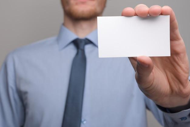 Zakenman hand houden visitekaartje tonen