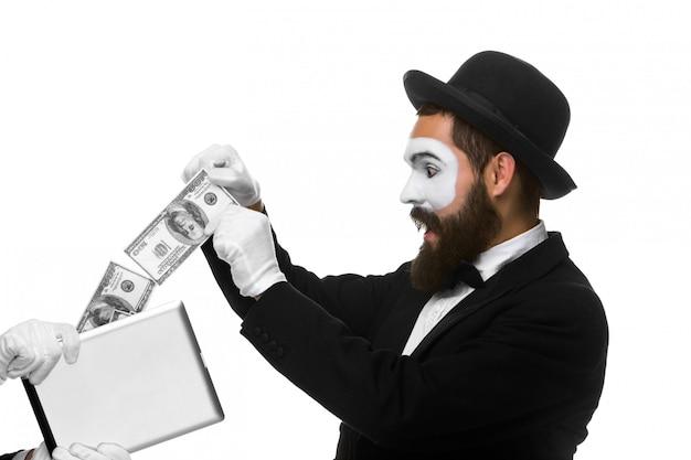 Zakenman hand in de vorm van mime-extract geld uit tablet-pc