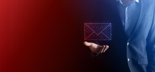 Zakenman hand met e-mailpictogram, neem contact met ons op via nieuwsbrief e-mail en bescherm uw persoonlijke gegevens tegen spam-mail.