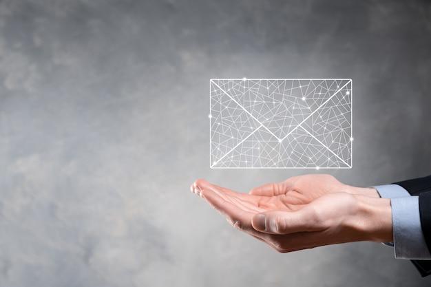 Zakenman hand met e-mailsymbool, neem contact met ons op via nieuwsbrief e-mail en bescherm uw persoonlijke gegevens tegen spam-mail. klantenservice callcenter contact met ons concept.