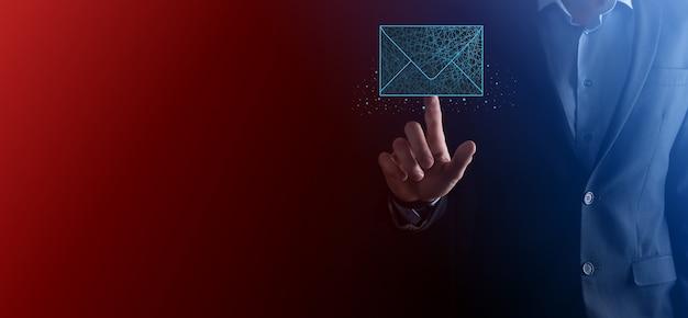 Zakenman hand met letterpictogram, e-mail iconen. neem contact met ons op via nieuwsbrief e-mail en bescherm uw persoonlijke gegevens tegen spam mail. klantenservice callcenter contact met ons op. e-mail marketing nieuwsbrief.