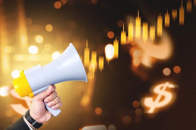 Zakenman hand met megafoon met virtuele zakelijke financiën grafiek met digitale achtergrond
