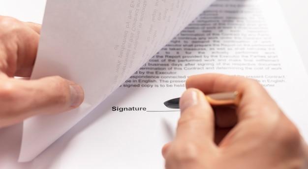 Zakenman hand met pen over document close-up. banner