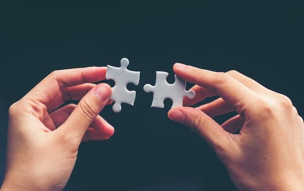 Zakenman hand verbindende puzzel.