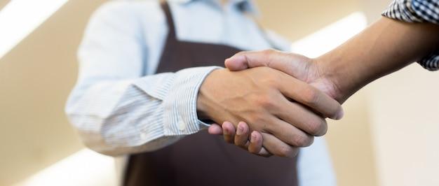 Zakenman handdruk met partner, ceo-leider handbewegingen voor overeenkomst