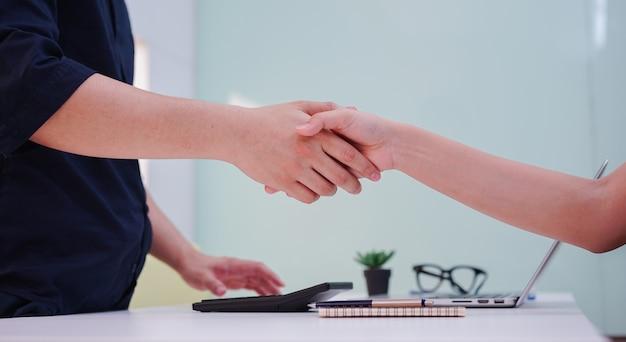 Zakenman handdruk met partner leverancier voor overeenkomst of deal financiële coöperatieve concept.