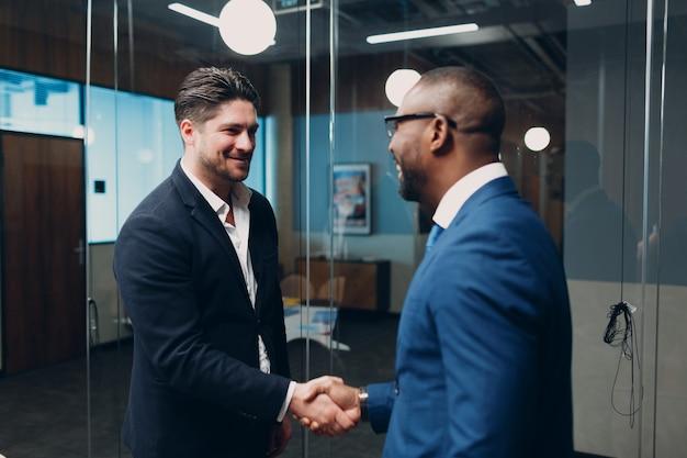 Zakenman handdruk succes deal team op kantoor vergadering mensen uit het bedrijfsleven groep conferentie discussie...