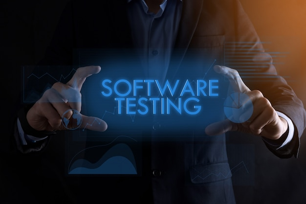 Zakenman handen met inscriptie software testen