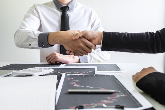 Zakenman handen schudden na een gesprek, een samenwerking afronden waarin de samenwerking tussen partners in een investeringsmarketingproject wordt besproken en een succesvolle contractovereenkomst om teamwerk te worden