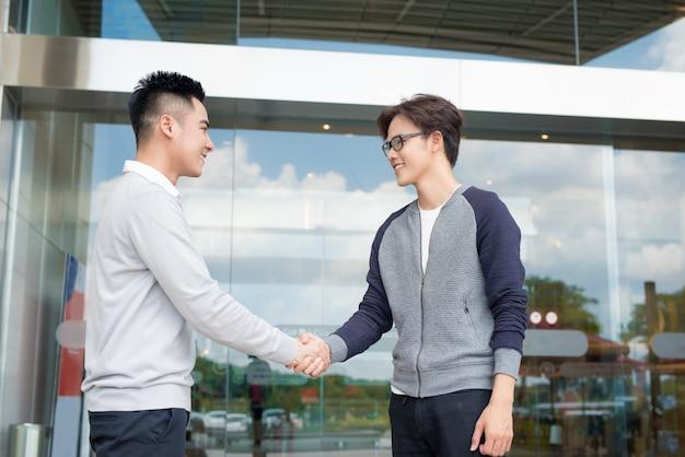 Zakenman handen schudden om een deal met zijn partner te sluiten