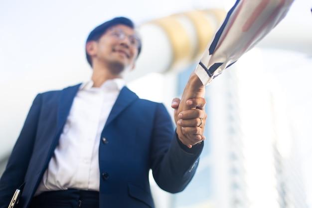 Zakenman handen schudden op een zakelijke samenwerkingsovereenkomst. succesvolle zakenvrouw handenschudden na goede deal