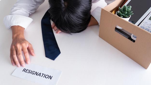 Zakenman heeft stress om ontslag te nemen en de brief van het annuleringscontract te ondertekenen