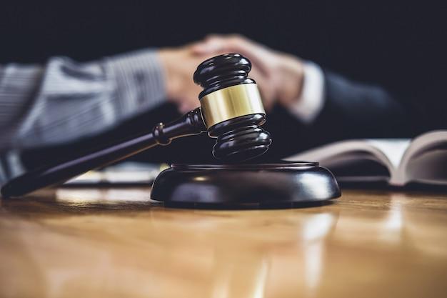 Zakenman het schudden van handen met advocaat na het bespreken van goede overeenkomst