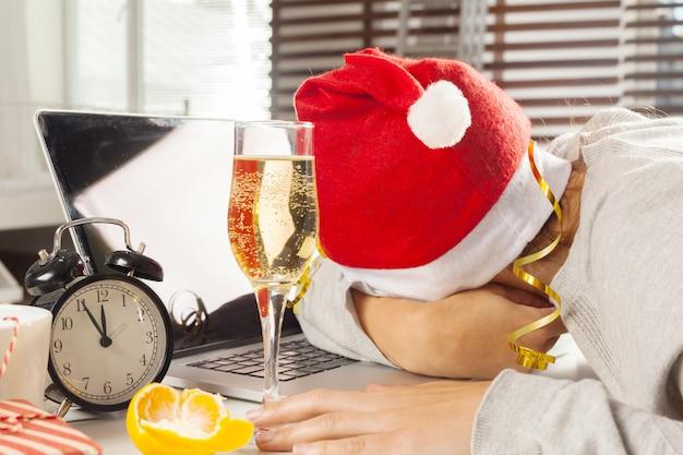 Zakenman het vieren kerstmisvakantie in het kantoor