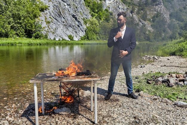 Zakenman hield niet van werken tijdens vakanties en hij verbrandde zijn bureaublad.