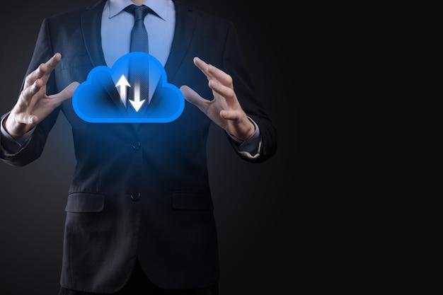Zakenman hold cloud icon.cloud computing concept - slimme telefoon verbinden met cloud. computernetwerk informatietechnoloog met slimme telefoon. big data concept.