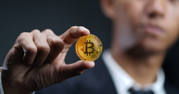 Zakenman holding bitcoin. digitale cryptovaluta