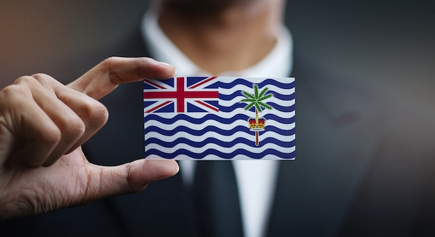 Zakenman holding card van british indian ocean territory flag
