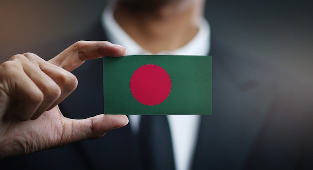 Zakenman holding card van de vlag van bangladesh