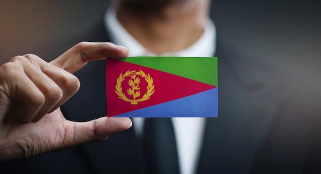 Zakenman holding card van de vlag van eritrea