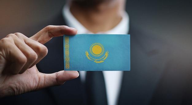 Zakenman holding card van de vlag van kazachstan