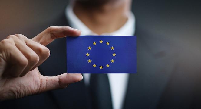 Zakenman holding card van europese vlag