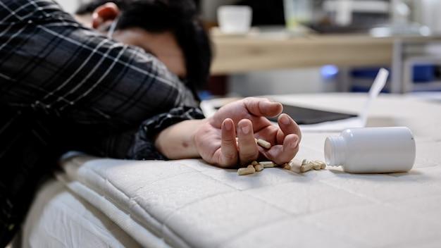 Zakenman hoofdpijn en medicijnen nemen. werkloosheid en geestelijke gezondheidsproblemen. posttraumatische stressstoornis (ptss). economische problemen voor arbeiders in azië.